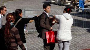 Un groupe de jeunes filles Rom tentent de voler un touriste japonais, derrière l'Opéra Garnier à Paris.