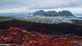 มุมมองเมือง Heimaey จากการปีนบนภูเขาไฟ Eldfell